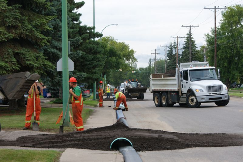 Workers in Prince Albert, Sask. lay out a temporary line in late July to supply drinking water to city residents after shutting the municipal water intake from the North Saskatchewan River. (CityPA.ca)